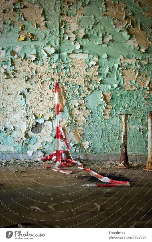 schranke alt weiß rot Farbe Wand Traurigkeit dreckig Armut Industrie ästhetisch retro trist authentisch Wandel & Veränderung Vergänglichkeit Verfall
