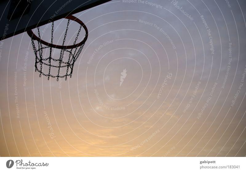 Der große Wurf Himmel blau Freude Sport Freiheit Bewegung Traurigkeit rosa Freizeit & Hobby Erfolg planen Kultur selbstbewußt stagnierend Basketball Mittelpunkt