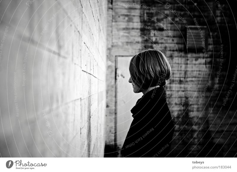 Sackgasse Mensch Jugendliche Einsamkeit Erwachsene Junge Frau dunkel kalt Gefühle Traurigkeit Denken 18-30 Jahre träumen authentisch Zukunft Trauer Stress
