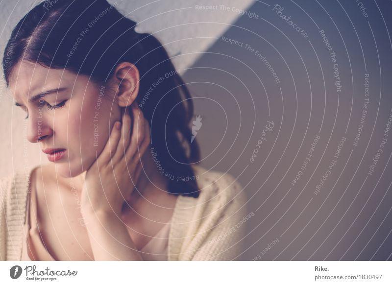Zweifel. Gesundheit Krankheit Mensch feminin Junge Frau Jugendliche 1 18-30 Jahre Erwachsene brünett Traurigkeit schön natürlich Gefühle Stimmung Sorge Trauer