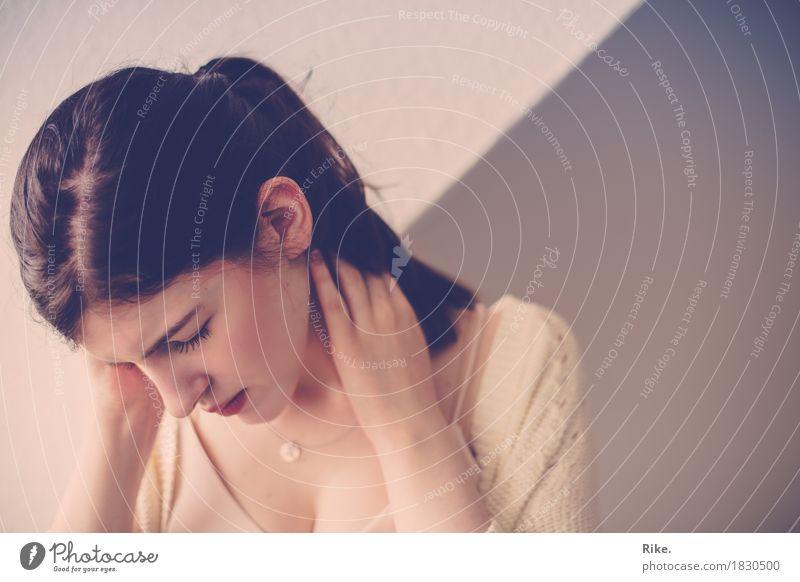 Schwere Gedanken. Mensch Jugendliche schön Junge Frau Einsamkeit 18-30 Jahre Erwachsene Traurigkeit Gefühle natürlich feminin Stimmung Arbeit & Erwerbstätigkeit