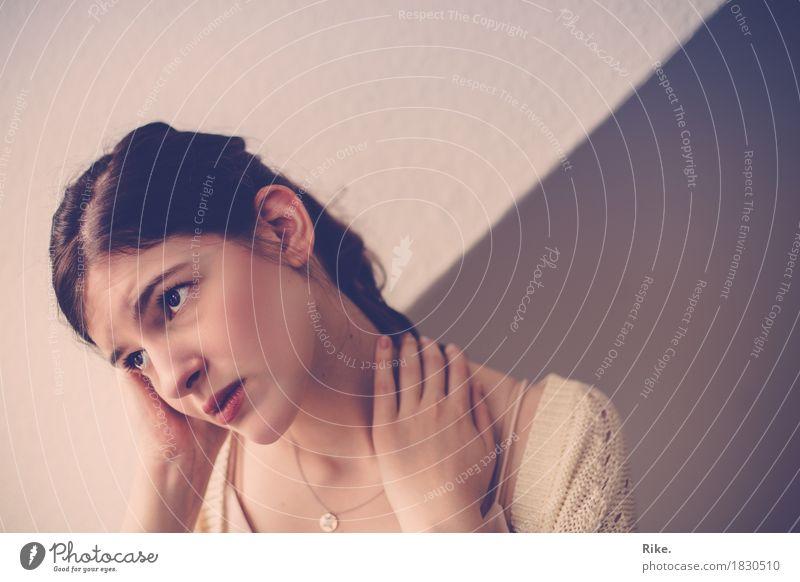 Zukunftsangst. Mensch feminin Junge Frau Jugendliche Erwachsene 1 18-30 Jahre brünett träumen schön natürlich Gefühle Traurigkeit Sorge Trauer Liebeskummer
