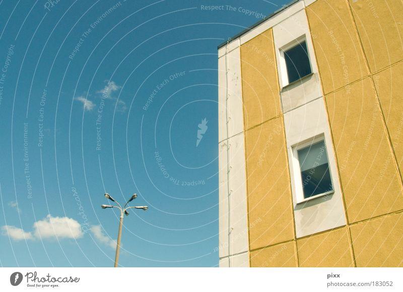Kleine Blume Himmel blau Stadt Haus Wolken Einsamkeit gelb Fenster Gebäude warten Architektur Hochhaus trist Laterne Umzug (Wohnungswechsel) Schönes Wetter