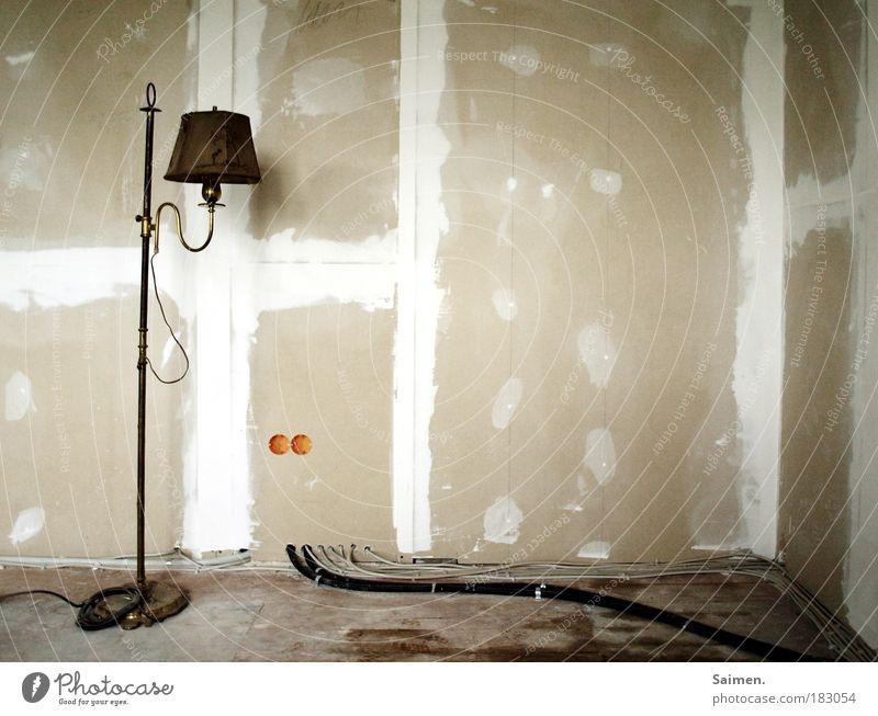 raumausstatter gesucht... Haus Lampe Wand Armut Design Kabel stehen Häusliches Leben Vergänglichkeit Licht Umzug (Wohnungswechsel) Verfall Kreativität skurril