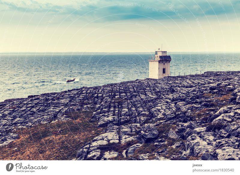 Kleine Leuchte Wasser Himmel Felsen Wellen Küste Meer Insel Republik Irland Leuchtturm Gebäude Fischerboot fahren klein blau braun grau weiß bizarr Horizont