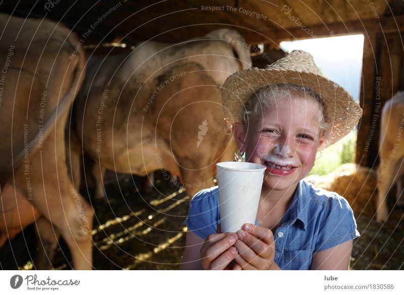 Frischmilch Lebensmittel Getränk trinken Erfrischungsgetränk Milch Becher Gesundheit Landwirtschaft Forstwirtschaft Kuh milchbart Milchbar jungbäuerin Farbfoto