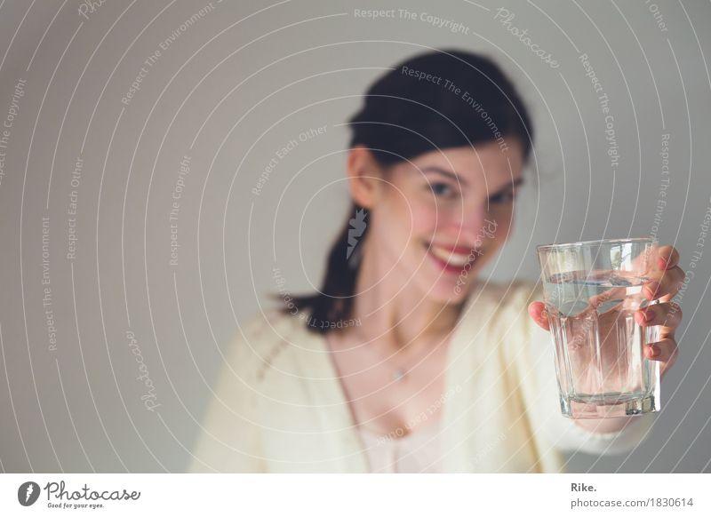 Mehr trinken! Mensch Jugendliche schön Junge Frau Wasser Gesunde Ernährung 18-30 Jahre Erwachsene feminin Gesundheit Glas Lächeln Trinkwasser Hilfsbereitschaft Getränk trinken