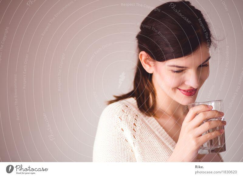 Gesund trinken. Mensch Jugendliche schön Junge Frau Gesunde Ernährung Erholung 18-30 Jahre Erwachsene natürlich Gesundheit feminin Glück Zufriedenheit Glas