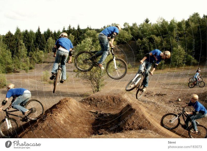 360 grad Drehung Farbfoto Außenaufnahme Experiment Textfreiraum oben Zentralperspektive Profil Wegsehen Stil Fahrrad Mountainbike Stunt Trick Sport Sportler Fan