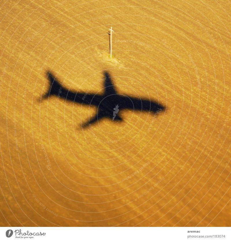 Landeanflug Natur Landschaft Sand braun Erde Feld fliegen Flugzeug Tourismus Luftverkehr Urelemente Verkehr Flugzeugstart kommen Flugzeuglandung Luftaufnahme