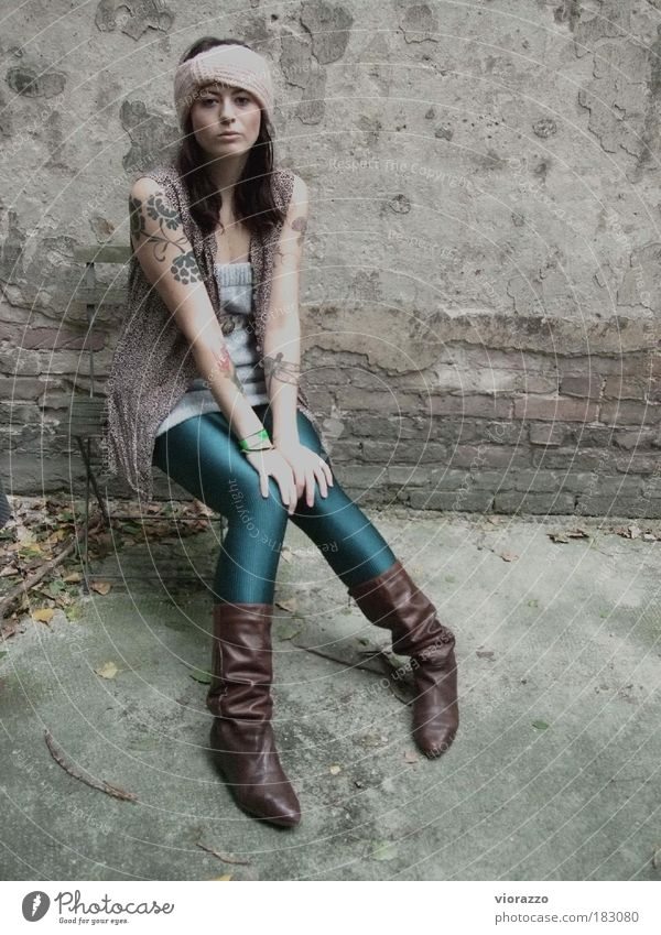 BLING. Frau Jugendliche schön Erholung ruhig 18-30 Jahre Erwachsene Wand feminin Mauer Mode Fassade glänzend verrückt einzigartig Pause