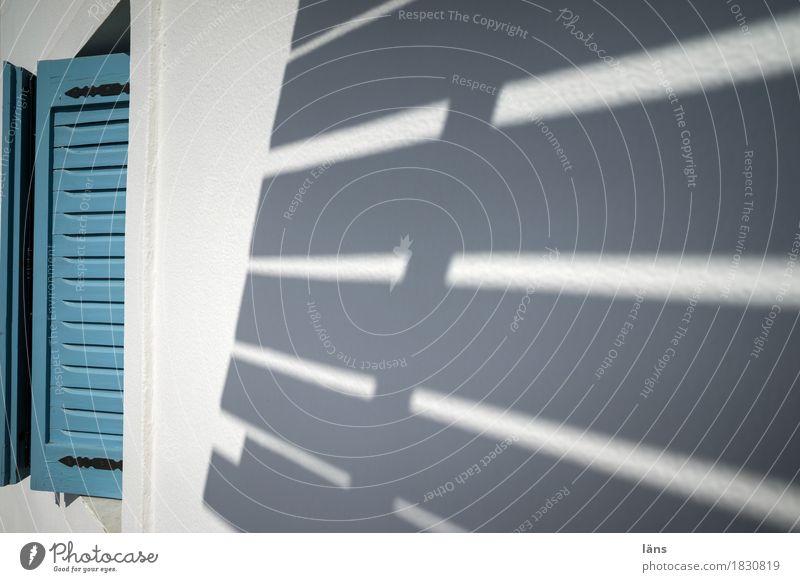 Schattenspender Häusliches Leben Wohnung Haus Mauer Wand Balkon Fenster einfach Sicherheit Schutz geheimnisvoll Fensterladen abgelegen Wetterschutz verstecken