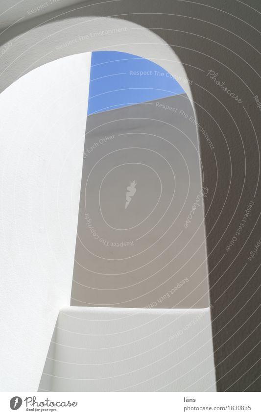 blau ist das neue grau Häusliches Leben Himmel Schönes Wetter Stadt Menschenleer Haus Bauwerk Gebäude Architektur Mauer Wand Fassade eckig einfach rund