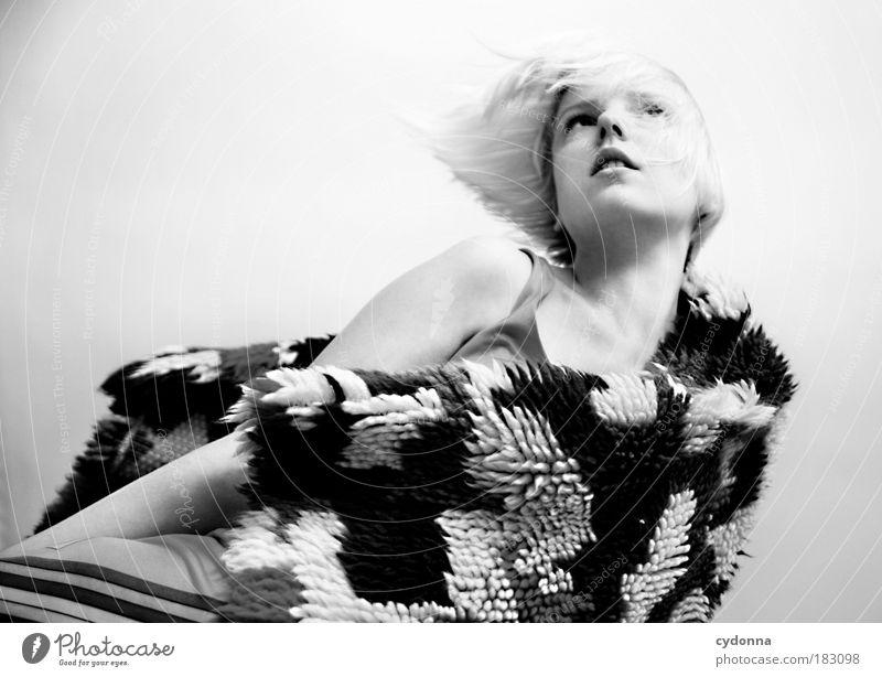 Black&White Frau Mensch Jugendliche schön Ferien & Urlaub & Reisen Gesicht Erwachsene Leben Freiheit Bewegung Stil träumen Mode Zeit Wind elegant