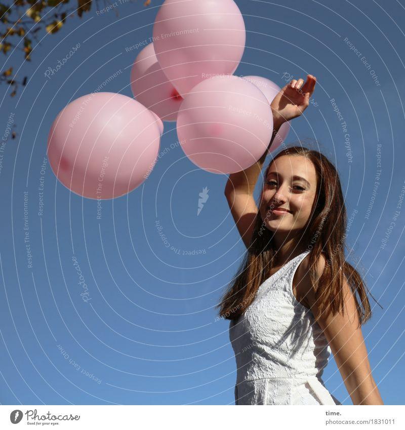 . Mensch schön Erholung Leben Bewegung feminin Zeit Kreativität stehen Lächeln Lebensfreude beobachten Romantik Luftballon festhalten Kleid