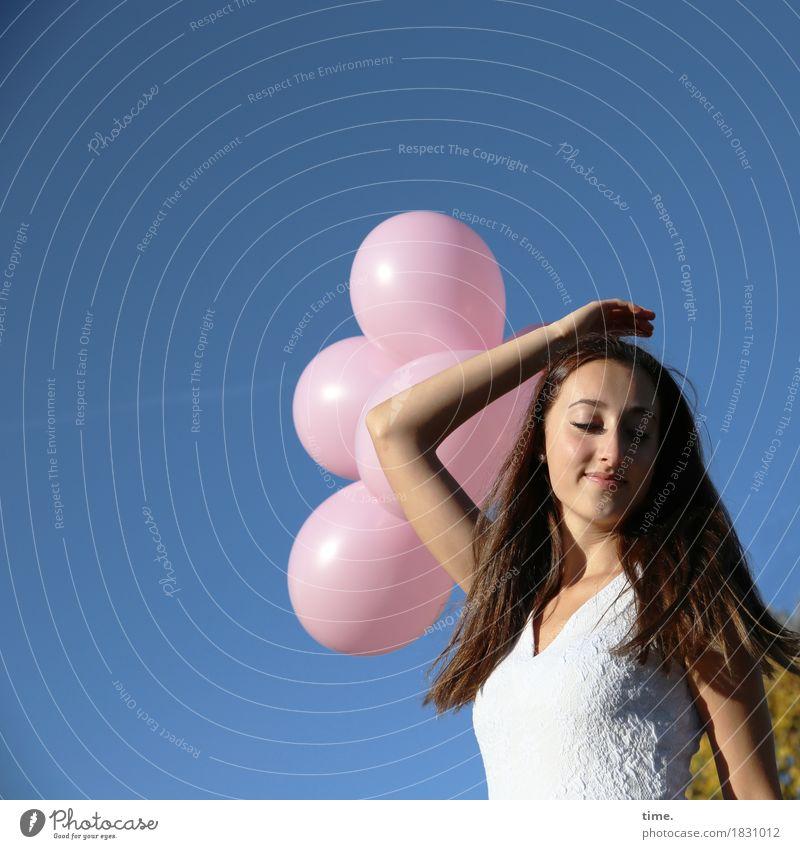 . Mensch Himmel schön Erholung Freude Leben Gefühle feminin Spielen Glück Zeit Zufriedenheit stehen Kreativität Lebensfreude Warmherzigkeit