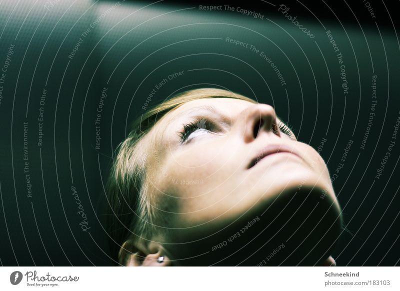 Lichtgestalt Frau Jugendliche schön blau Gesicht Auge Lampe feminin oben Kopf Mund hell glänzend Erwachsene Nase