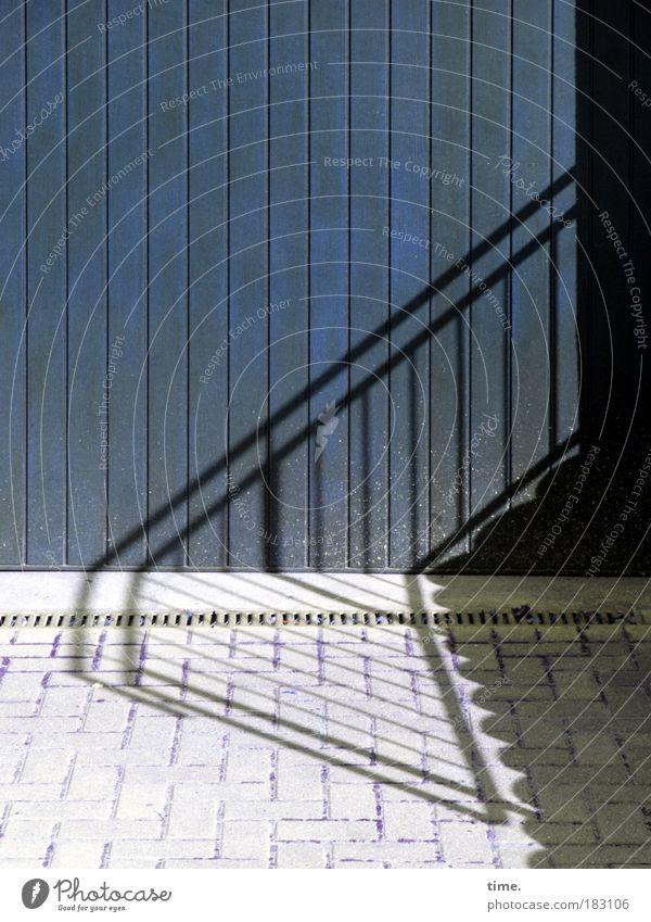Stufenschnitt Sonne blau Schatten grau Treppe Abfluss parallel Einfahrt Tür Garagentor