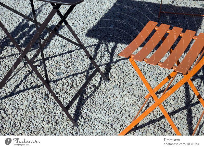 Die einfachen Dinge. Sommer Schönes Wetter ästhetisch grau orange schwarz Freizeit & Hobby deutlich Platz Lokal Tisch Stuhl Straßencafé Metall Splitt Farbfoto