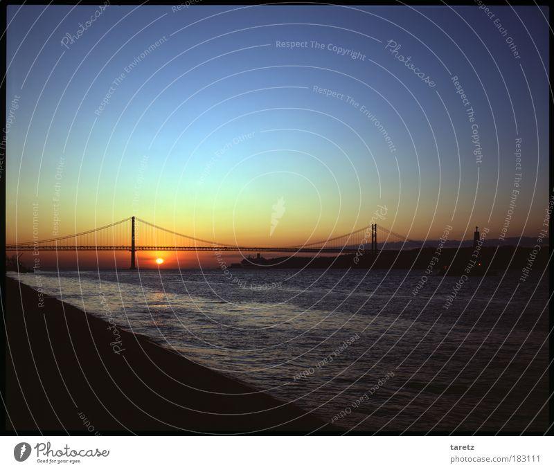 Die Stille vor dem Tag Wasser Sonne blau rot Sommer ruhig Einsamkeit träumen Zufriedenheit Küste Horizont Hoffnung Fluss Romantik Aussicht Sehnsucht