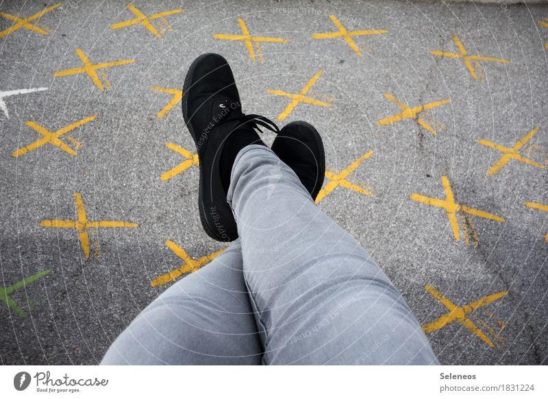 Entscheidungsfreiheit Mensch sprechen Beine Denken Fuß Linie Schriftzeichen Schilder & Markierungen Schuhe Hinweisschild Zeichen Jeanshose Beratung Kreuz wählen