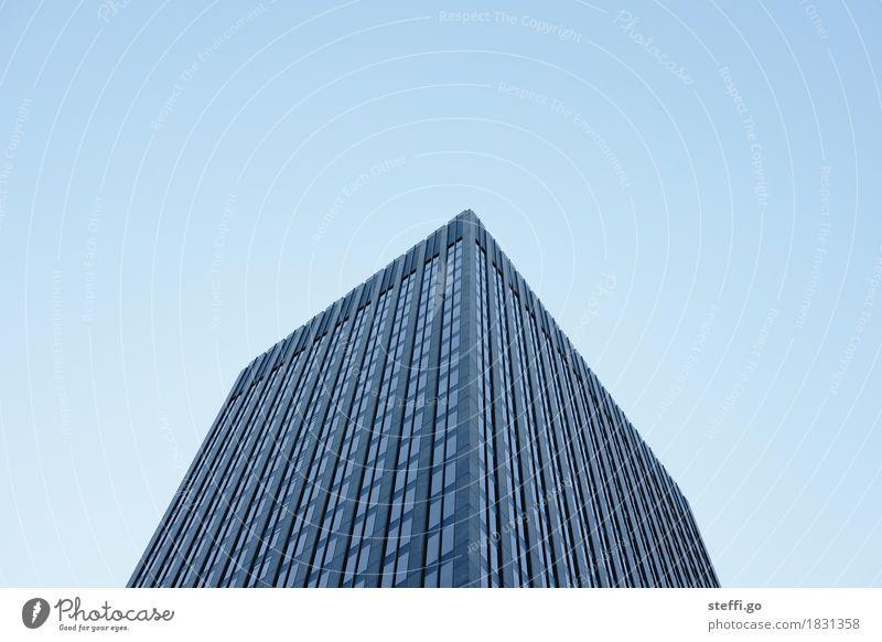 always on top Städtereise Montreal Stadt Hauptstadt Stadtzentrum Skyline Menschenleer Hochhaus Gebäude Architektur Fassade Fenster bedrohlich dunkel eckig