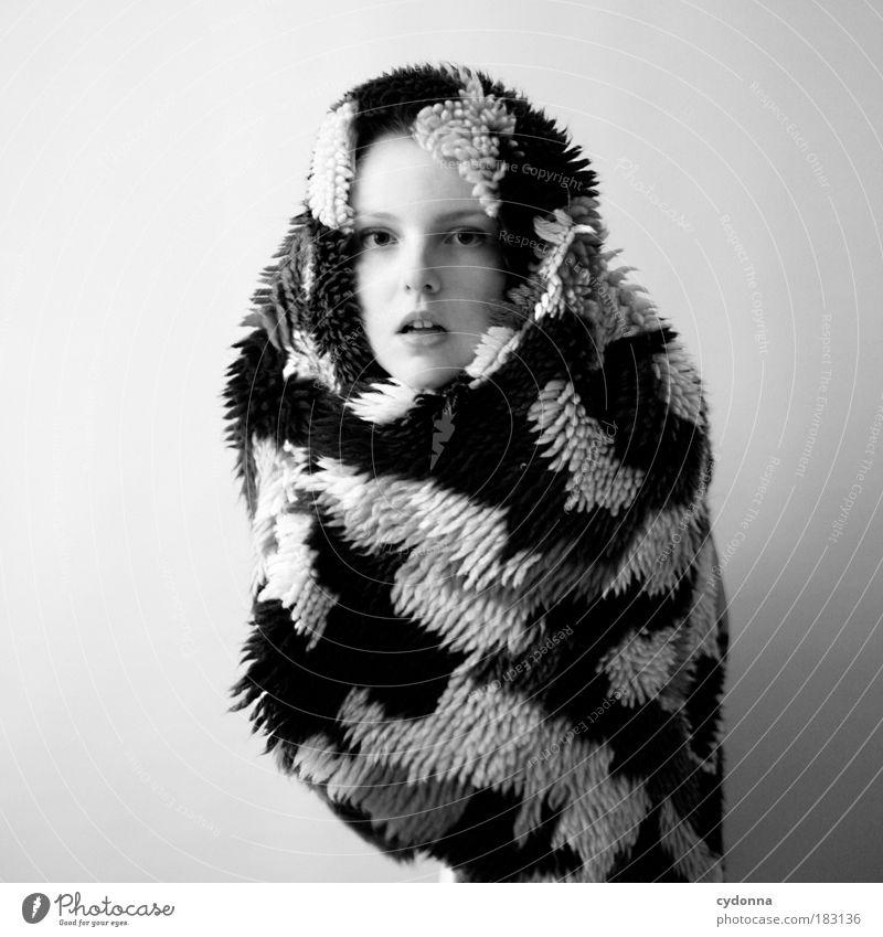 It's cold outside Frau Mensch Jugendliche schön Gesicht Leben Stil Freiheit träumen Wärme Mode Erwachsene Design elegant Porträt