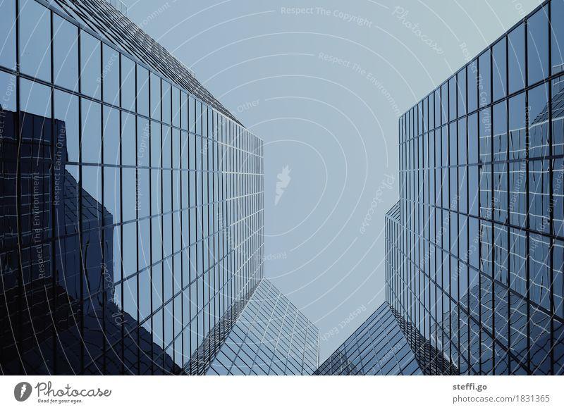 look up II Montreal Stadt Hauptstadt Stadtzentrum Hochhaus Bankgebäude Fassade ästhetisch außergewöhnlich bedrohlich dunkel eckig gigantisch Design