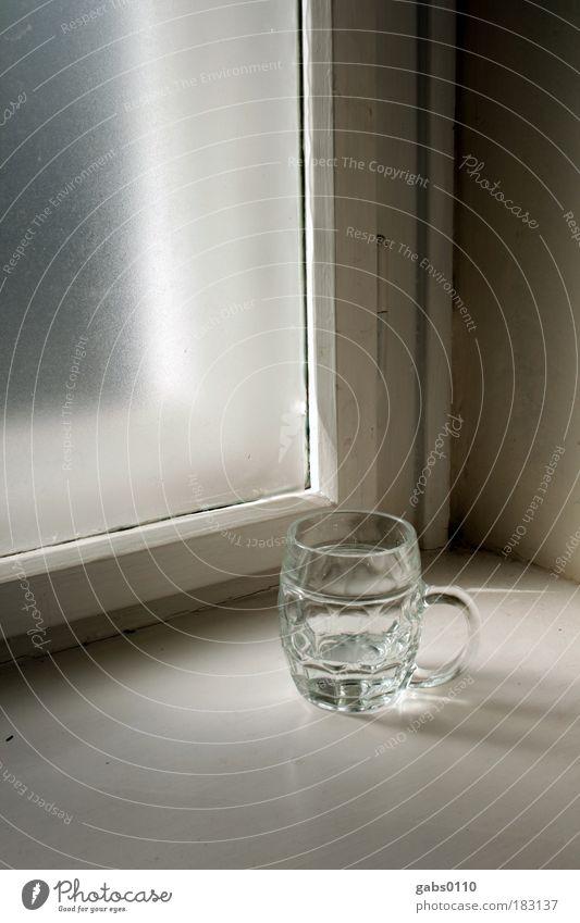 Stillleben alt Wasser dunkel Fenster Innenarchitektur hell Glas Durst Altbau Fensterbrett Lichteinfall Wasserglas Klimaschutz
