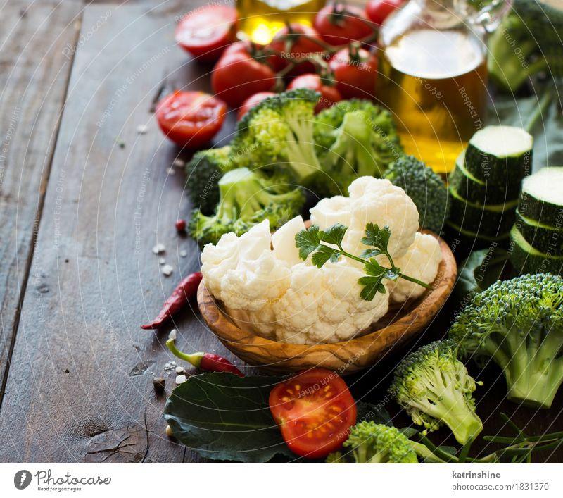 Frischer grüner Brokkoli und Gemüse Kräuter & Gewürze Öl Essen Vegetarische Ernährung Diät Schalen & Schüsseln Flasche Tisch Herbst Blatt Sammlung frisch