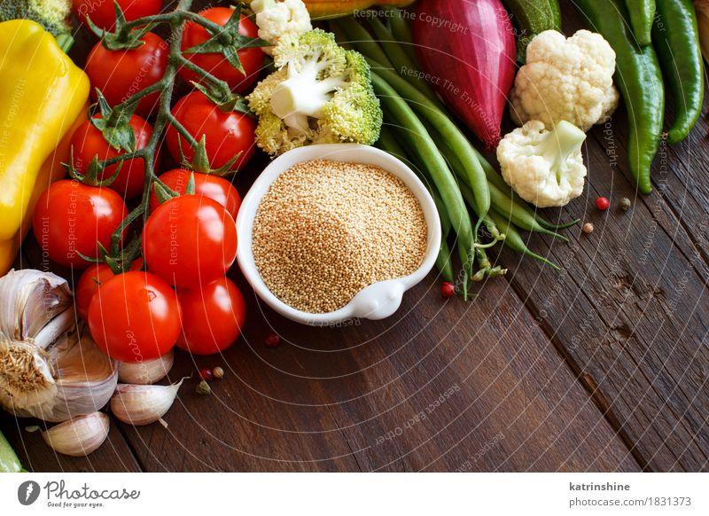 Rohes Amarant-Korn in einer Schüssel und in einem Gemüse grün rot gelb natürlich frisch Kräuter & Gewürze Getreide Schalen & Schüsseln Mahlzeit