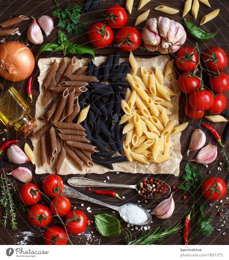Penne Pasta mit Gemüse, Kräutern und Olivenöl grün rot Blatt dunkel Gesundheit Lebensmittel braun frisch Tisch Kräuter & Gewürze Getreide Tradition Backwaren