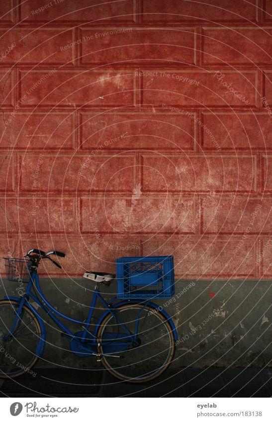 Ladri di biciclette alt blau Haus Wand Architektur Bewegung Mauer Gebäude Fahrrad Fassade dreckig kaputt retro Vergänglichkeit Kitsch Bauwerk