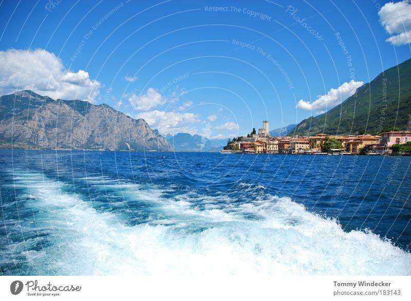 Lago di Garda Ferien & Urlaub & Reisen Tourismus Kreuzfahrt Sommerurlaub Wellen Berge u. Gebirge Schifffahrt Natur Wasser Wolken Schönes Wetter Alpen Seeufer