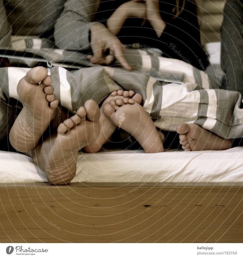 deutschstunde Mensch Frau Kind Hand Mädchen ruhig Erwachsene Erholung Junge Beine Fuß liegen Wohnung Kindheit sitzen Freizeit & Hobby