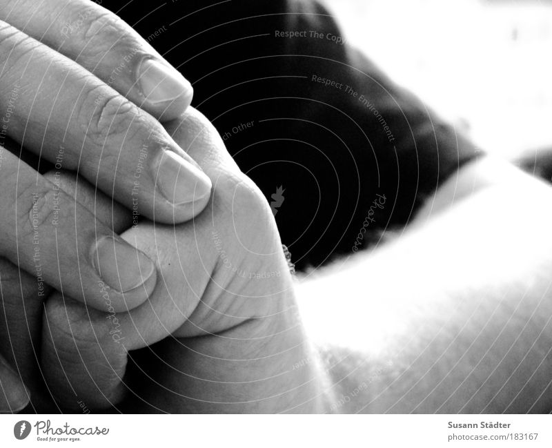 Waiting for the Logo Mann Hand Erwachsene Haut warten maskulin ästhetisch Finger authentisch T-Shirt Hautfalten berühren Erwartung Fingernagel strahlend Anspannung