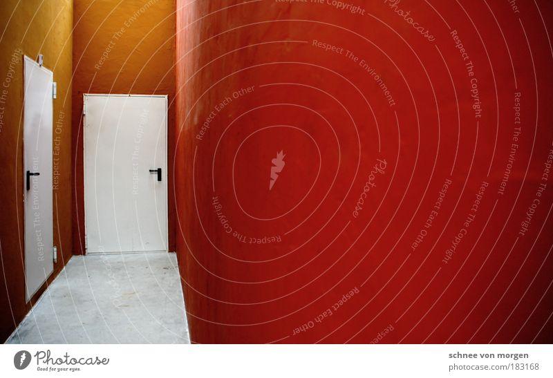 und wände fallen. weiß rot Wand grau Raum orange Architektur Tür Beton leer Bodenbelag Griff minimalistisch