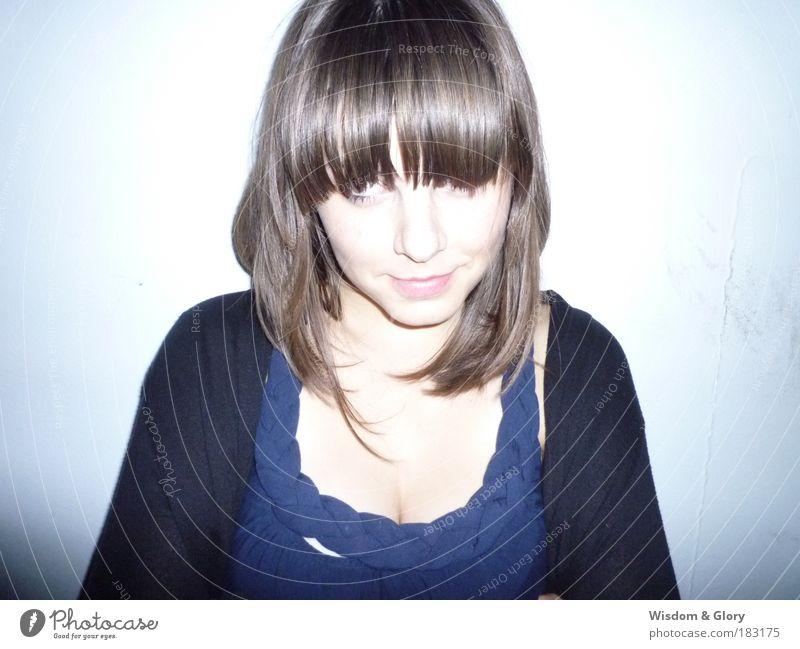 Sophia Frau Mensch Porträt Jugendliche schön blau ruhig feminin Glück hell Textfreiraum Farbfoto Blick Erwachsene Coolness