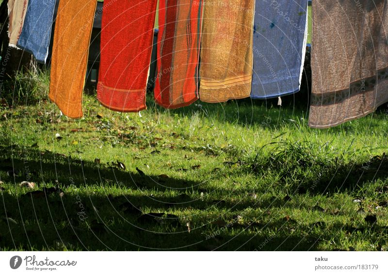 ...HERBSTWÄSCHE... Herbst Wäsche Handtuch Wiese Blatt Sonne Gras blau grün gelb orange weiß Schatten Wind Licht