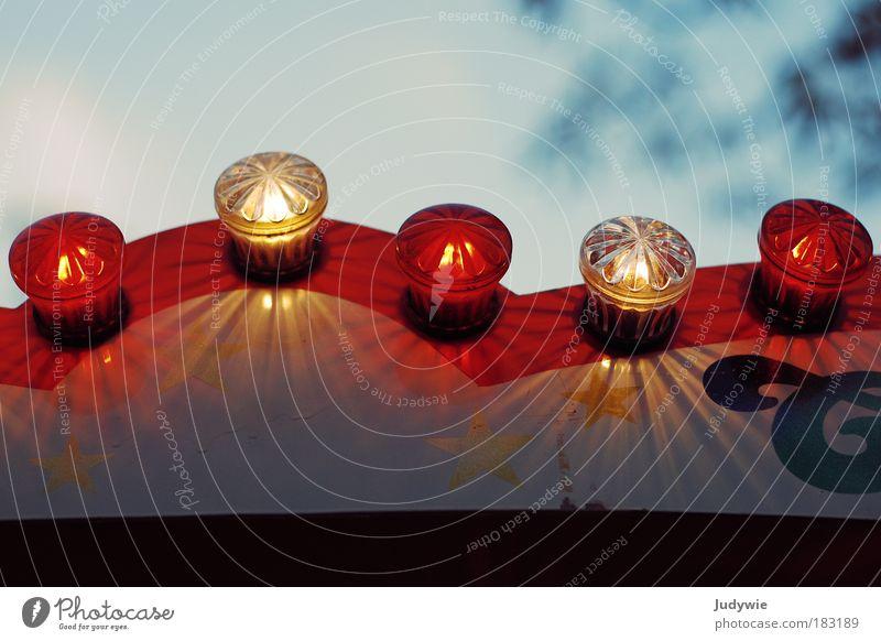 Rot-weiße Funkellichter Farbfoto Außenaufnahme Menschenleer Textfreiraum oben Textfreiraum unten Abend Dämmerung Schwache Tiefenschärfe Freude Freizeit & Hobby