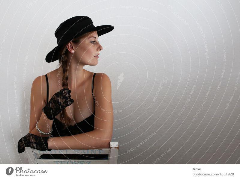 . Mensch schön ruhig Bewegung feminin Zeit Zufriedenheit elegant beobachten Neugier Sicherheit Stuhl festhalten Gelassenheit Vertrauen Hut