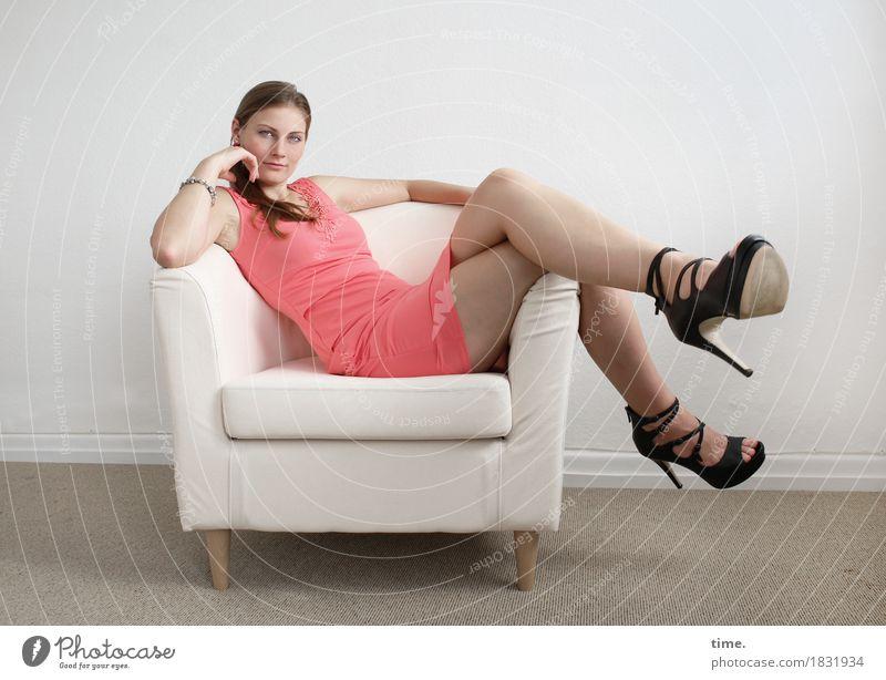 . schön Erholung ruhig Ferne feminin Zeit Denken Raum Zufriedenheit sitzen genießen warten beobachten Neugier Kleid Gelassenheit