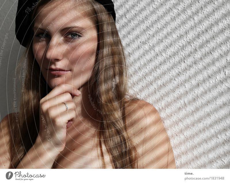 . Tapete Raum feminin 1 Mensch Schmuck Ring Mütze brünett langhaarig beobachten Denken festhalten Blick warten schön Willensstärke Vertrauen Sicherheit
