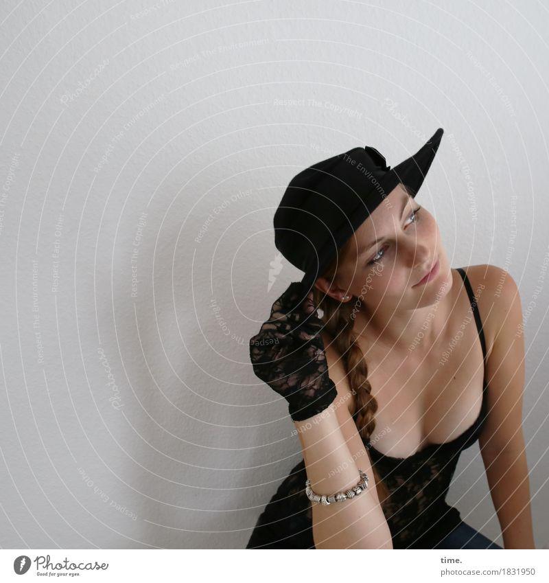 . Raum feminin 1 Mensch Hemd Schmuck Handschuhe Hut brünett langhaarig Zopf beobachten Denken festhalten Lächeln Blick träumen warten ästhetisch listig schön