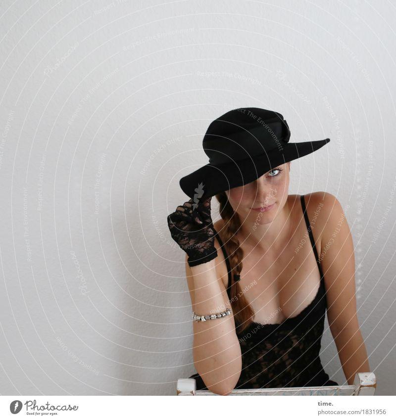 Maike Stuhl Raum feminin 1 Mensch Hemd Schmuck Handschuhe Hut brünett langhaarig Zopf beobachten festhalten Blick warten Erotik schön Zufriedenheit selbstbewußt