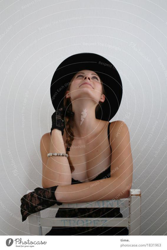 . Mensch schön ruhig Bewegung feminin Zufriedenheit sitzen Fröhlichkeit warten Lächeln beobachten Freundlichkeit Neugier Sicherheit Stuhl T-Shirt