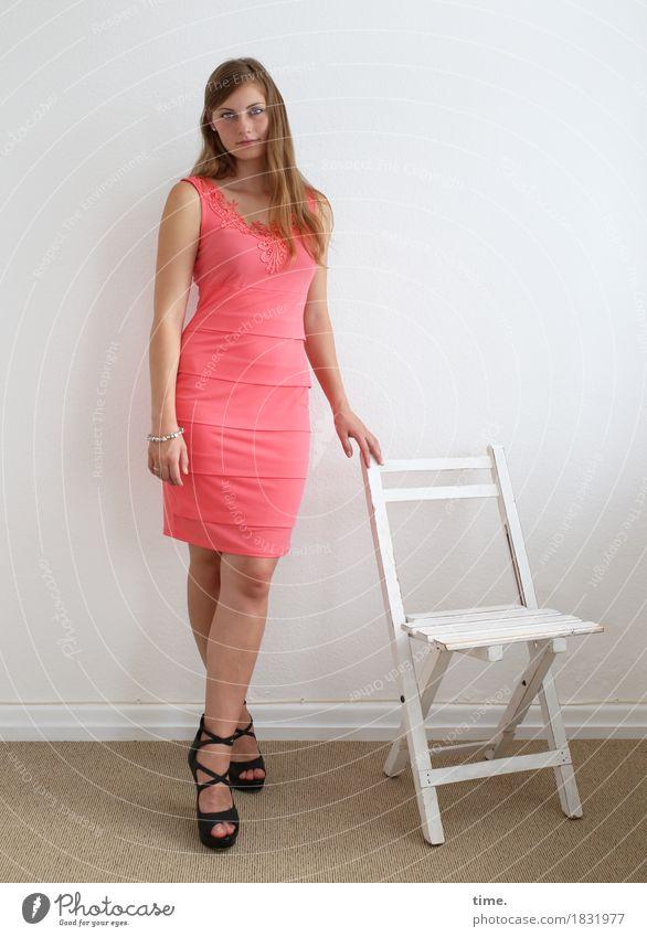 . schön ruhig feminin Stimmung Raum Zufriedenheit stehen warten beobachten Neugier Stuhl Kleid Gelassenheit Konzentration Wachsamkeit langhaarig