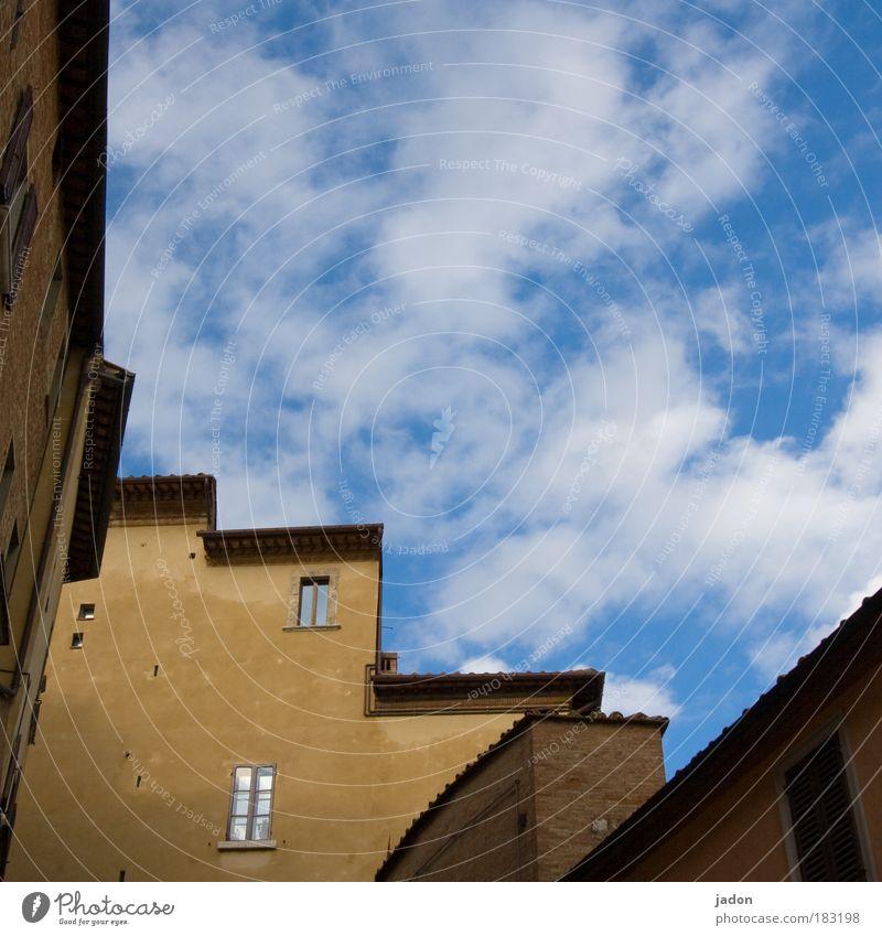 treppauf.treppab. Himmel Haus Wand Stil Fenster Mauer Architektur Wohnung Fassade Treppe Baustelle Häusliches Leben Geborgenheit Toskana