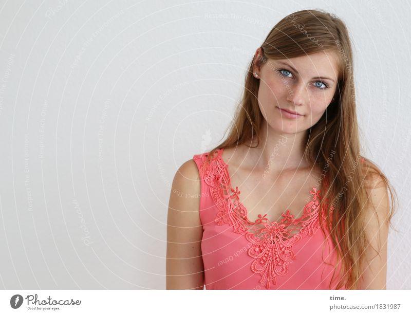 . feminin Frau Erwachsene 1 Mensch Hemd blond langhaarig beobachten Denken Lächeln Blick warten Freundlichkeit schön Zufriedenheit selbstbewußt Willensstärke