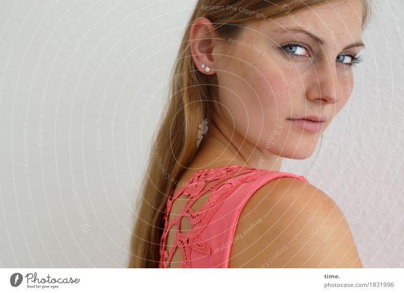 . feminin 1 Mensch Kleid Schmuck blond langhaarig beobachten Denken Blick lernen warten schön selbstbewußt Coolness Willensstärke Wachsamkeit Gelassenheit ruhig